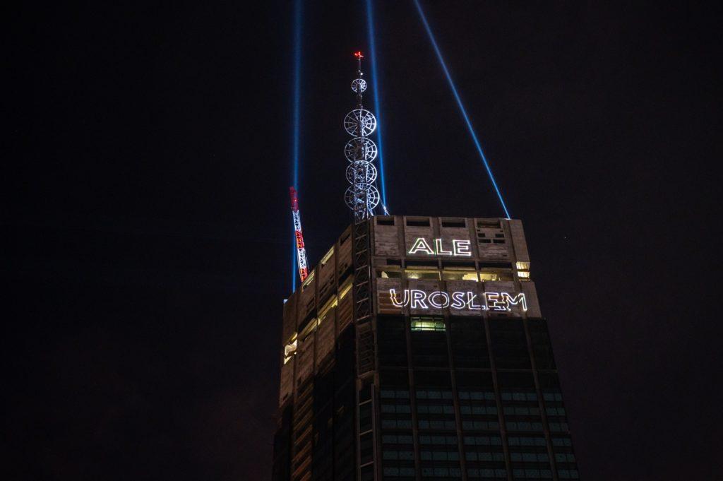 Fasada budynku z iluminacją