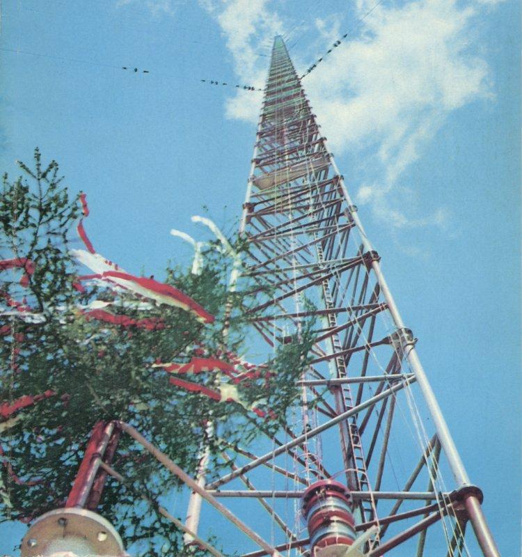 """Wciąganie wiechy, zdjęcie z okładki """"Młodego Technika"""", 1974."""